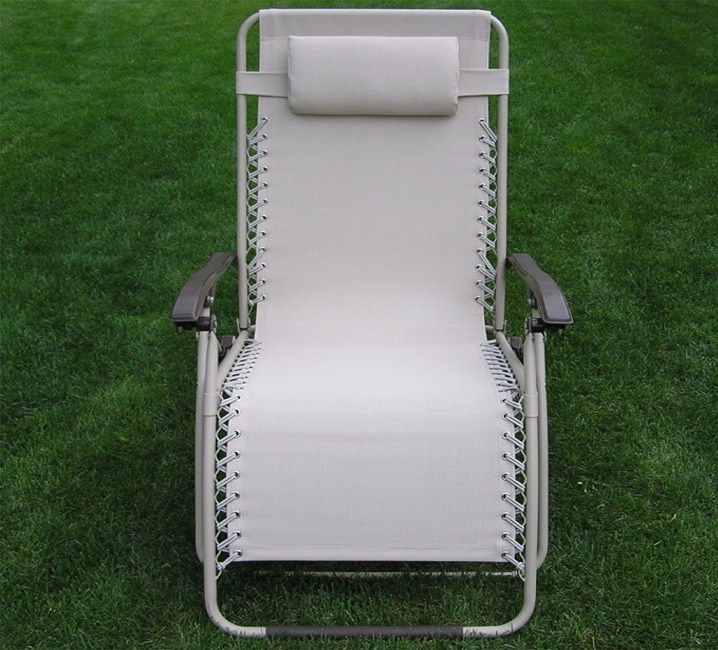 Delux extra wide zero gravity lawn chair beige patio recliner for Living room zero gravity chair